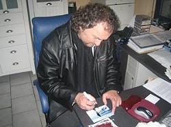 Pflichten eines Künstlers: Autogramme schreiben.
