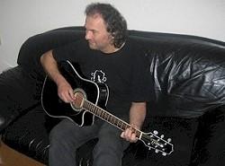 ... einige Songs von Mark Bender entstehen auch im heimischen Wohnzimmer des Liedermachers.