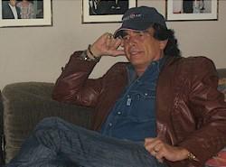 Tom Astor auf der Couch beim Interview