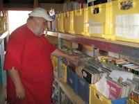 Larry in seinem Musik-Archiv