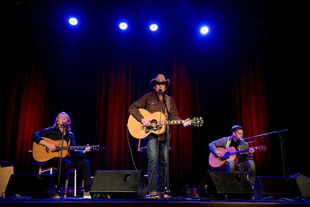 Tom Astor und seine beiden Musiker auf der Bühne