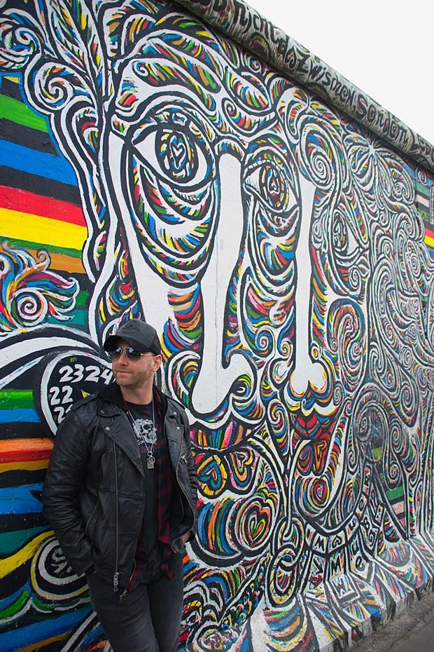 Tim Hicks steht vor der Berliner Mauer